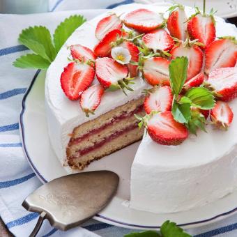 Tort jogurtowo-truskawkowy